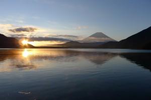 富士山をバックに日の出