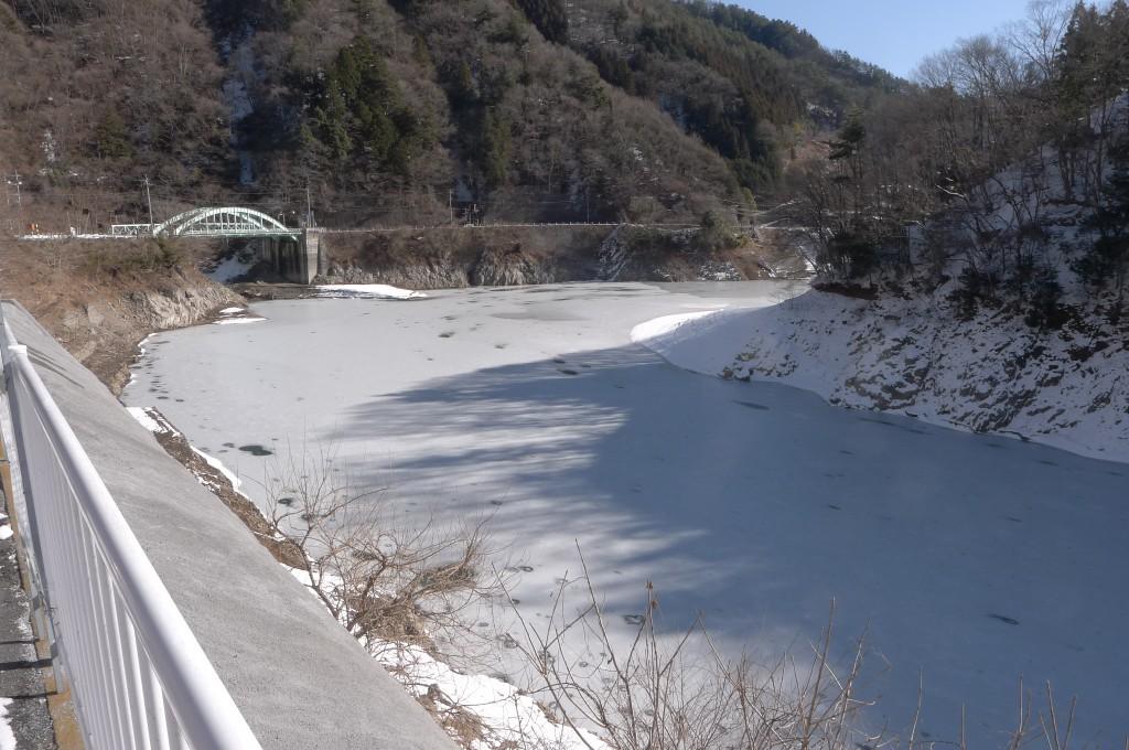 凍った奥多摩湖